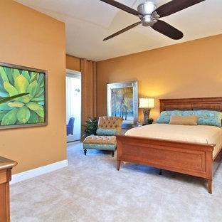 Ejemplo de dormitorio principal, tropical, de tamaño medio, sin chimenea, con parades naranjas, moqueta y suelo beige