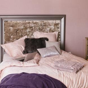 Ejemplo de dormitorio principal, tradicional, grande, sin chimenea, con paredes rosas, suelo de cemento y suelo beige
