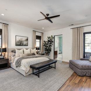 Esempio di una camera matrimoniale minimal con pareti bianche, parquet scuro e pavimento marrone