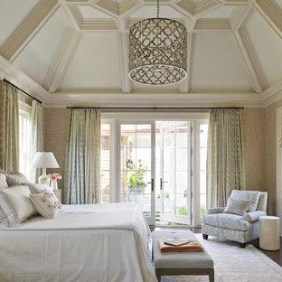 На фото: спальня в морском стиле с коричневыми стенами с