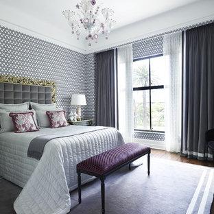 Modelo de dormitorio contemporáneo, grande, con paredes multicolor y suelo de madera oscura