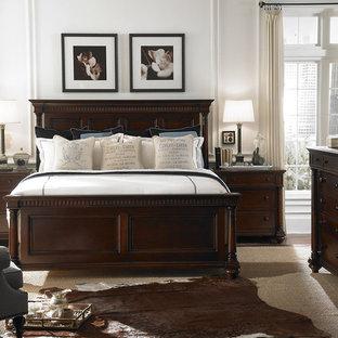 Foto di una camera da letto classica con pareti bianche