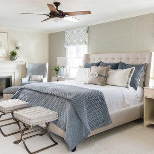 Пример оригинального дизайна: хозяйская спальня в классическом стиле с бежевыми стенами, темным паркетным полом, стандартным камином и фасадом камина из кирпича