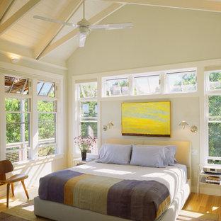 Modelo de dormitorio costero con paredes blancas y suelo amarillo