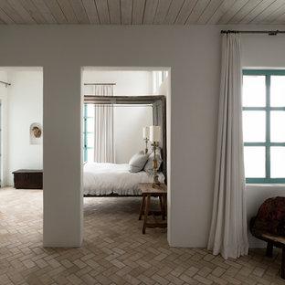 Mittelgroßes Mediterranes Gästezimmer ohne Kamin mit weißer Wandfarbe und Backsteinboden in Houston