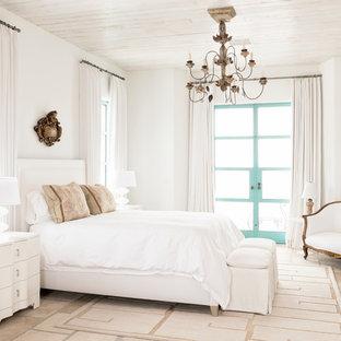 Modelo de habitación de invitados mediterránea, de tamaño medio, sin chimenea, con paredes blancas y suelo de piedra caliza