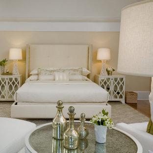 ニューヨークの広いコンテンポラリースタイルのおしゃれな主寝室 (オレンジの壁、淡色無垢フローリング、暖炉なし、ベージュの床) のレイアウト