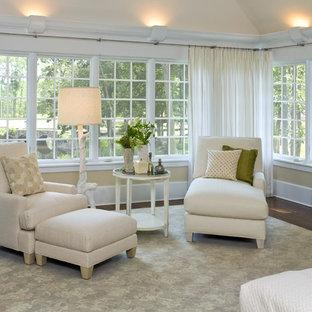 Diseño de dormitorio principal, actual, grande, sin chimenea, con parades naranjas, suelo de madera oscura y suelo marrón