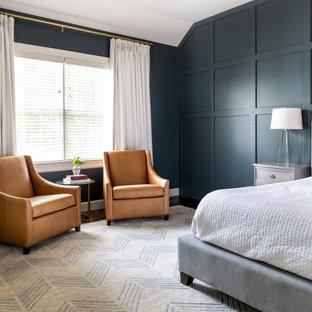 Источник вдохновения для домашнего уюта: большая хозяйская спальня в стиле неоклассика (современная классика) с синими стенами, темным паркетным полом, коричневым полом и панелями на стенах