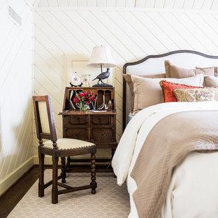 Diseño de habitación de invitados campestre, pequeña, sin chimenea, con paredes blancas y suelo de madera oscura