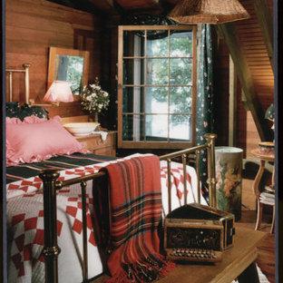 Diseño de dormitorio principal, rural, pequeño, con paredes marrones, suelo de madera oscura, chimenea tradicional y marco de chimenea de piedra