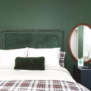 Foto de habitación de invitados contemporánea, pequeña, con paredes verdes, suelo laminado y suelo marrón
