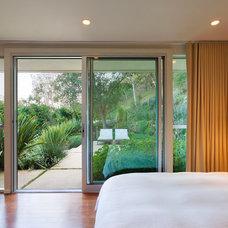Midcentury Bedroom by Shubin + Donaldson Architects, Inc.