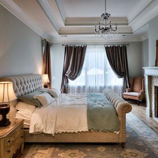 Modelo de dormitorio principal, rural, de tamaño medio, con chimenea tradicional y marco de chimenea de ladrillo