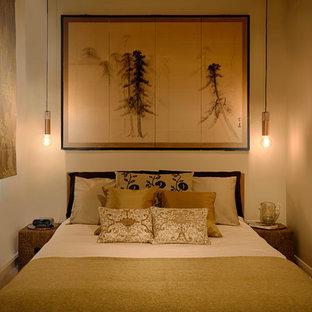 Réalisation d'une petit chambre avec moquette asiatique avec un mur beige.
