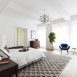 Foto de dormitorio principal, contemporáneo, con paredes blancas y suelo de madera clara