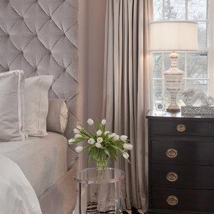 Immagine di una camera matrimoniale chic di medie dimensioni con pareti viola, moquette e nessun camino