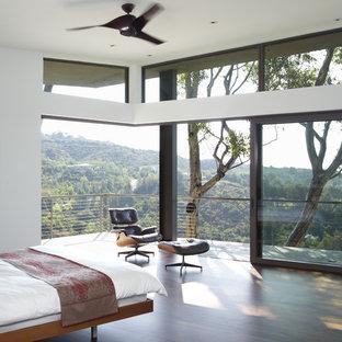 Ispirazione per una camera matrimoniale moderna di medie dimensioni con pareti bianche e parquet scuro