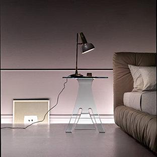 Ejemplo de habitación de invitados ecléctica, de tamaño medio, con paredes rosas, suelo de cemento y suelo rosa