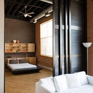 Modelo de dormitorio rural con paredes marrones y suelo de madera clara