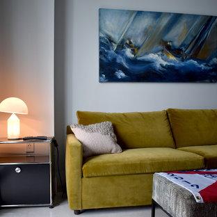 Kleines Stilmix Gästezimmer mit grauer Wandfarbe, Kalkstein und weißem Boden in Miami