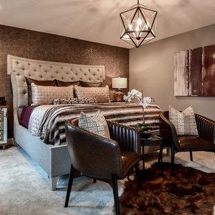 Idee per una grande camera matrimoniale classica con pareti grigie, moquette, camino sospeso e pavimento beige