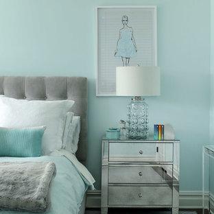 ニューヨークの中くらいのトランジショナルスタイルのおしゃれな客用寝室 (青い壁、カーペット敷き、グレーの床)