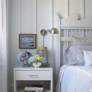 Foto de habitación de invitados marinera con paredes blancas