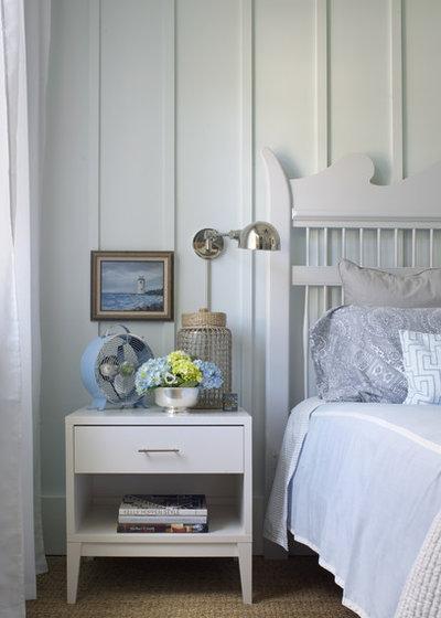 ビーチスタイル 寝室 by Rethink Design Studio