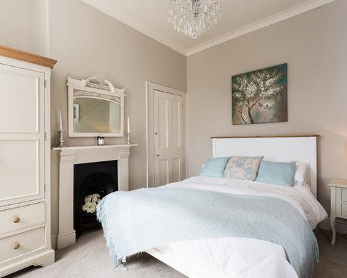 schlafzimmer mit kaminsims aus metall und teppichboden. Black Bedroom Furniture Sets. Home Design Ideas