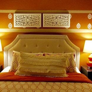 Свежая идея для дизайна: спальня среднего размера в стиле современная классика с оранжевыми стенами и ковровым покрытием без камина - отличное фото интерьера