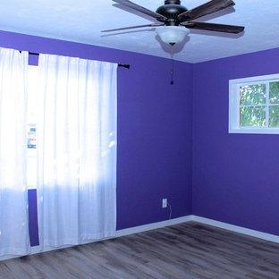 Modelo de dormitorio bohemio con paredes azules y suelo de madera clara