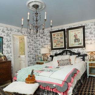 Ispirazione per una piccola camera degli ospiti shabby-chic style con pareti nere, moquette, pavimento beige e nessun camino