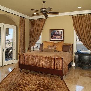 Foto de habitación de invitados mediterránea, extra grande, con paredes beige, suelo de ladrillo y suelo beige