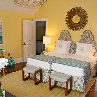 Esempio di una camera da letto bohémian con pareti gialle e parquet scuro