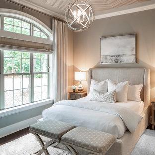 Ispirazione per una camera da letto chic di medie dimensioni con pareti beige, parquet scuro e pavimento marrone