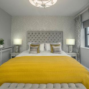 На фото: класса люкс большие гостевые спальни в современном стиле с серыми стенами, ковровым покрытием и серым полом
