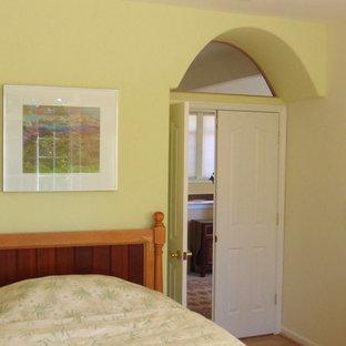 Foto de dormitorio de estilo americano con paredes amarillas, suelo de madera clara y suelo amarillo