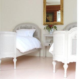 Diseño de dormitorio principal, clásico, de tamaño medio, sin chimenea, con paredes beige, suelo de madera pintada y suelo rosa