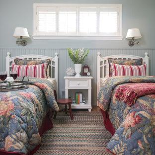 Exemple d'une petit chambre d'amis chic avec un mur bleu, un sol en bois brun et un sol multicolore.