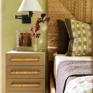 Foto de habitación de invitados mediterránea, de tamaño medio, sin chimenea, con paredes verdes, suelo de madera en tonos medios y suelo marrón