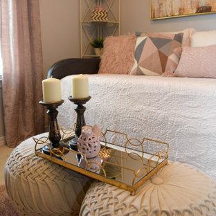 Diseño de habitación de invitados clásica renovada, pequeña, con paredes grises, moqueta y suelo rosa