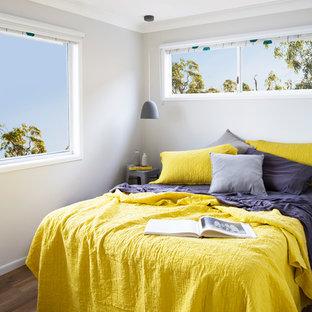 Imagen de habitación de invitados contemporánea, de tamaño medio, con paredes grises y suelo vinílico