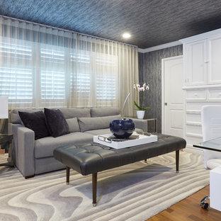 Diseño de habitación de invitados actual, pequeña, con paredes azules, suelo de madera en tonos medios y suelo multicolor