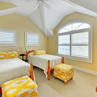 Foto de habitación de invitados marinera con paredes amarillas y moqueta