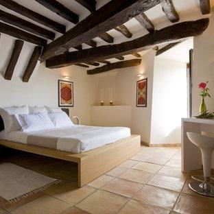 Ispirazione per una camera da letto mediterranea con pareti beige, pavimento in terracotta e pavimento arancione