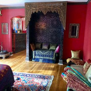 Foto di una grande camera degli ospiti mediterranea con pareti rosse, pavimento in legno massello medio, pavimento marrone e carta da parati