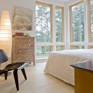 Exempel på ett modernt sovrum, med bambugolv