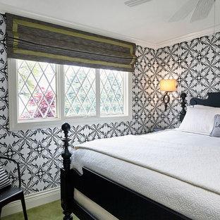 Imagen de habitación de invitados actual, de tamaño medio, sin chimenea, con paredes blancas, moqueta y suelo verde