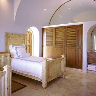 Exemple d'une chambre méditerranéenne avec un mur violet et un sol en marbre.